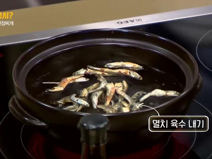 2. 鍋に水、煮干しを入れ煮立たせ、ダシを取る
