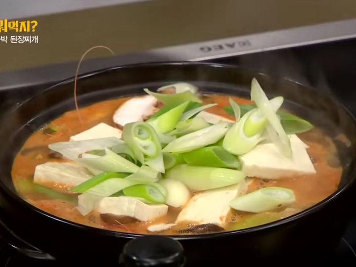 5. 火が通ったら、きのこと豆腐、長ネギ、青唐辛子、刻みニンニクを入れる