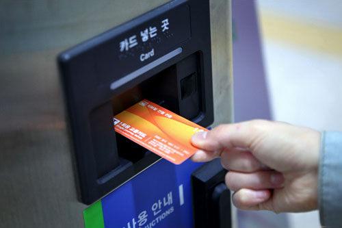 2.右側にあるカード投入口に1回用交通カードを入れます