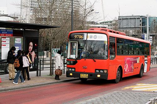 レッドバス(赤)首都圏とソウル都心部を急行で結ぶ広域バス。独立料金体系をとる。