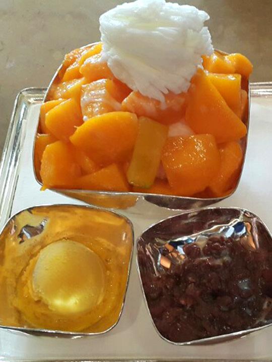 アップルマンゴーかき氷(エプルマンゴピンス)(43,000ウォン)南山エリア・The Library(ソウル新羅ホテル)新鮮なマンゴーが2つは入っているのではないかと思うほど、どっさり盛り付けられたマンゴーの上に、さらにかき氷が乗っています!あずきとアイスが別になっているので、お好みで調整しながら食べられるのが嬉しいところ。難点は料金、さすが天下の「新羅(シーラ)ホテル」です…。スタッフM