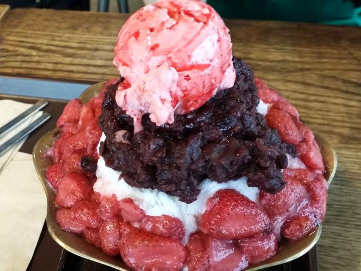 イチゴかき氷(タルギピンス)(9,800ウォン)Lga COFFEEイチゴのアイスとイチゴ、あずきを一緒に頬張る幸せ!イチゴの甘酸っぱさが、あずきの甘さによく合うかき氷です。スタッフK