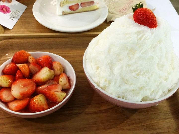 イチゴかき氷(タルギピンス)(8,000ウォン)peonyショートケーキの名店「peony(ピオニー)」の人気メニュー。ふんわり優しい氷だけを食べても良し!たっぷりついてくるイチゴと一緒に食べても良し!イチゴはすっきりとした甘さで、ほんのり甘い氷との相性GOOD。スタッフK