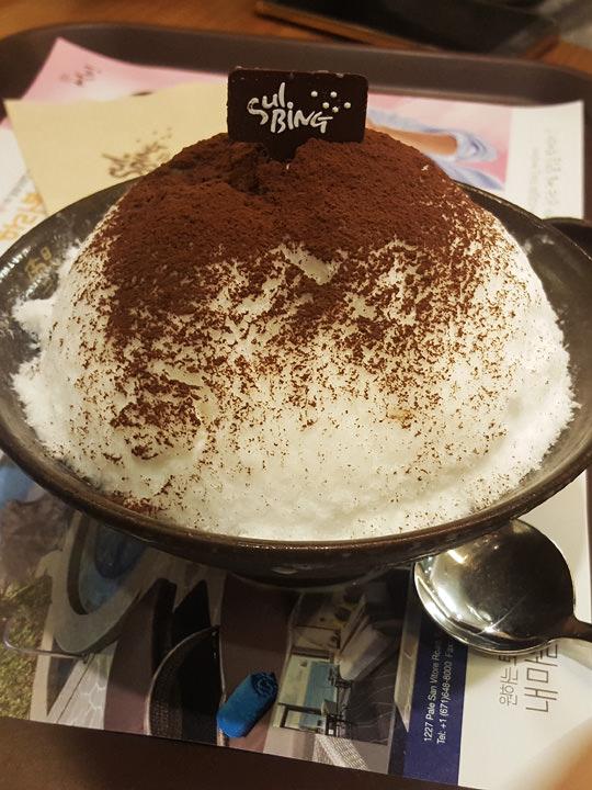 アフォガートソルビン(アポガトソルビン)(7,500ウォン)ソルビン上からかけるソースは練乳とエスプレッソの2種類。濃い目のコーヒーが好きな方は、エスプレッソを全てかけて召し上がれ。かき氷の下にナッツ類が入っており、香ばしく食感のアクセントにもなります。スタッフY