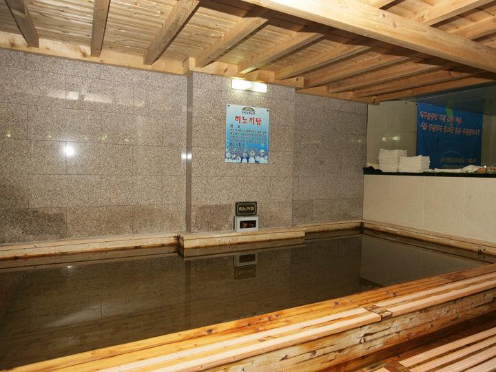 大きなチムジルバンにはひのき風呂があることも多い