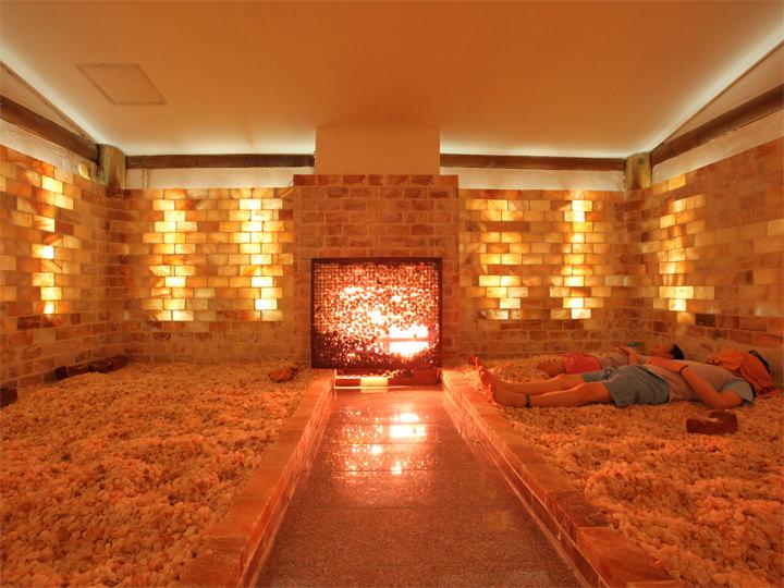 塩サウナ床や壁が岩塩で作られ、じわじわ汗をかくことができる