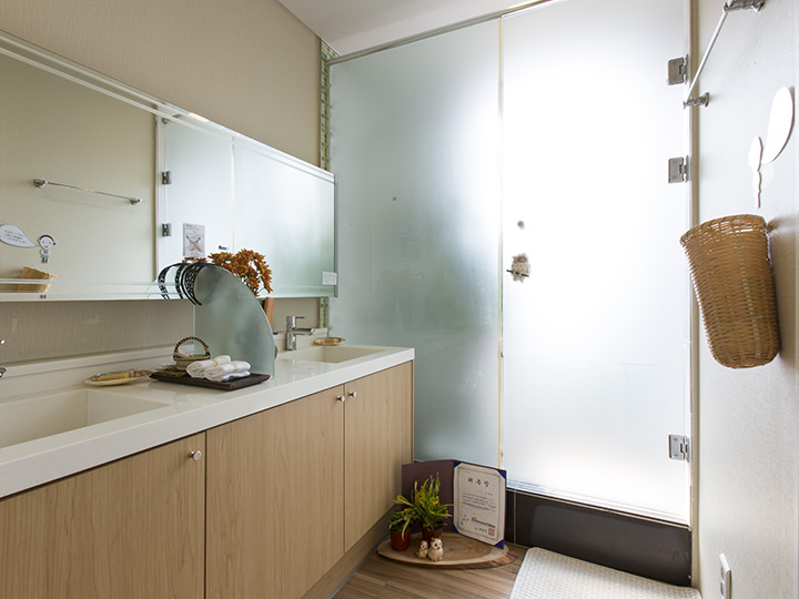 化粧室奥にはシャワールームも完備されています
