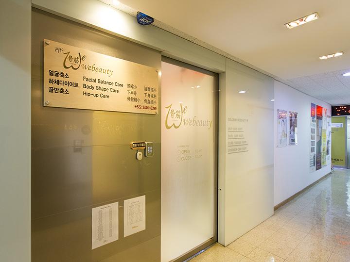 ビル内の入り口には大きな看板が掲げられています