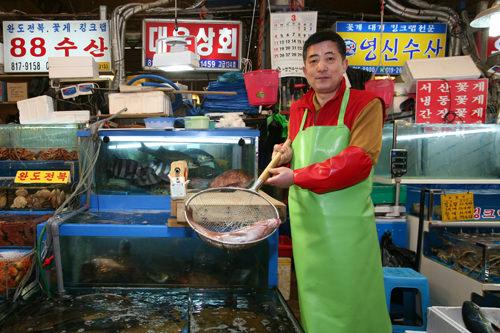 海産物の日本語名称を覚えているという魚屋社長(テウン商会、電話番号02-2254-7272、日本語不可)※2016年3月に新市場へ移転しました(移転先:1階・活魚(ファロ)119号)