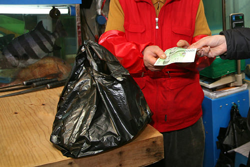 3.お金を払う魚の代金を払います。単価はある程度するので、支払いは現金・カードともに可能です。