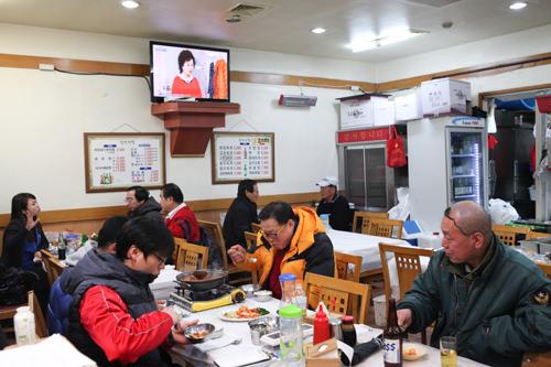 4.食堂に入る近くの食堂に入ります。大抵は魚屋の社長が馴染みの店を教えてくれます(直接連れて行ってくれることもあり)。