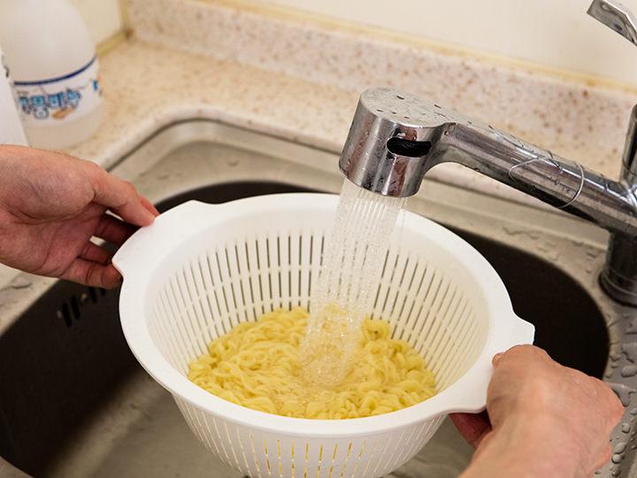 4.冷たい水で麺をしめます。この時麺の「ヌメリ」と「水気」をしっかりとっておきましょう。