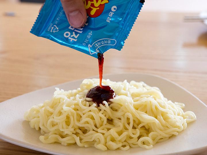 6.冷た~くなった麺をお皿に盛ったらソースを投下。
