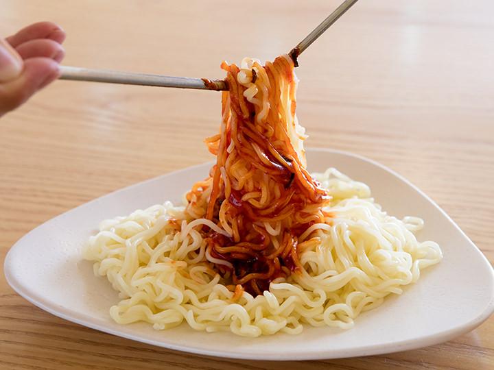 7.お箸を使って麺全体にソースを絡めます。