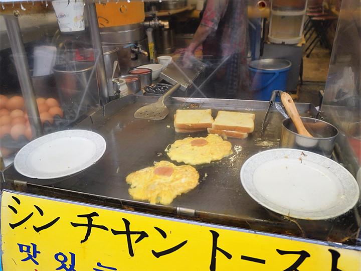 市場の軒先で焼くトーストからは美味しそうな香りが漂ってきます