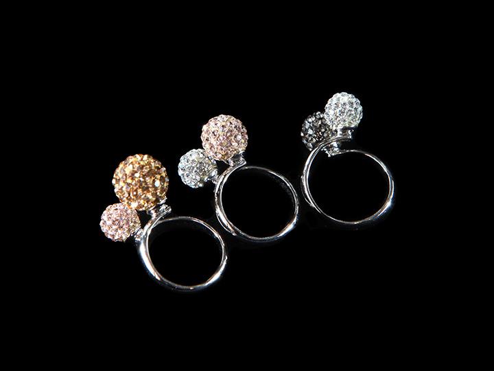 場面を選ばす着用できるシンプルなデザインの指輪