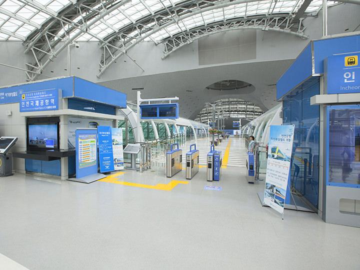 空港鉄道A'REXの乗り場付近からエスカレーターで2階に上がり、磁気浮上鉄道の改札へ