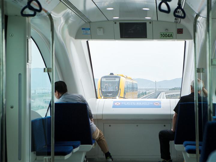 一番前の進行方向に向いている座席に座れば、より景色を楽しみやすいかも?