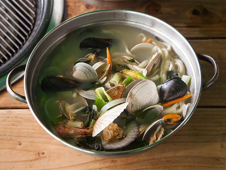 貝や海老など具だくさんの「海鮮カルグッス」(10,000ウォン)