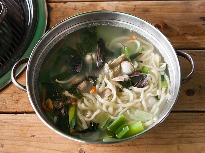 ダシの効いたスープがたまらない「アサリ入りカルグッス」(7,000ウォン)