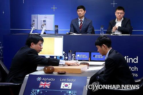 アルファ碁と対局中のイ・セドル(右)