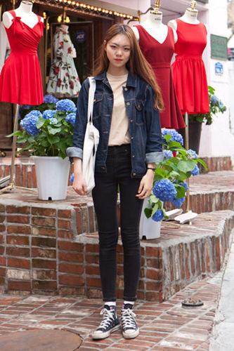 「肌色Tシャツ」肌色のTシャツ大流行。Tシャツをハイウエストのパンツにインさせるのも、韓国で流行しているコーディネートです。スジンさん 20歳 学生4/18 弘大