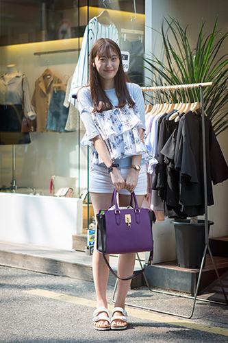 「キャミソール×Tシャツ」無地のTシャツと花柄キャミソールのレイヤードスタイル。韓国女子に愛される夏の定番コーデ。ジウォンさん 25歳 会社員6/9 弘大
