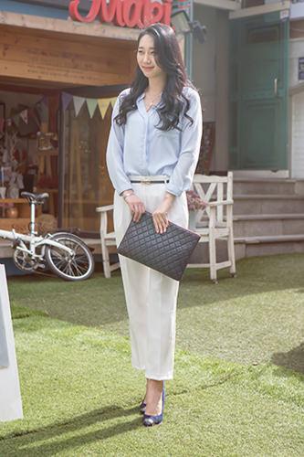 「Yネックブラウス」Y字型に開いた襟元が近年流行中。程よい露出がエレガントさを演出してくれるので、韓国OLの定番になりつつあります。ヒョヨンさん 23歳 学生5/9 カロスキル
