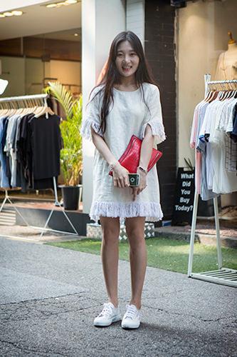 「クラッチバッグ」素朴なスタイルもバッグ一つ手に持つだけで洗練された雰囲気に。クラッチバッグは男女問わず根強い人気があります。へウォンさん 22歳 学生6/9 弘大
