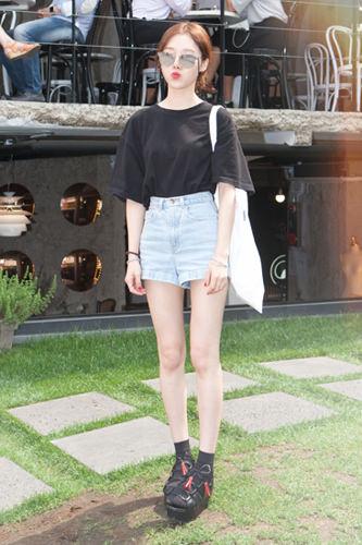 「ミラーサングラス」昨年くらいから人気が出始め、今年も流行中の「ミラーサングラス」。ワンポイントアクセントととしてのインパクトは抜群で、女性を中心に高い人気です。ユンジンさん 26歳 学生6/23 カロスキル