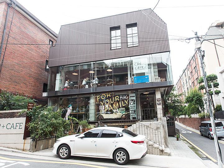 住宅街に突如現れるガラス箱のような建物