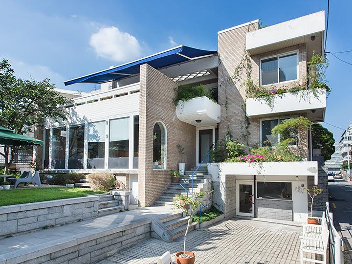 一戸建て住宅を改装。1階には韓方医院もある