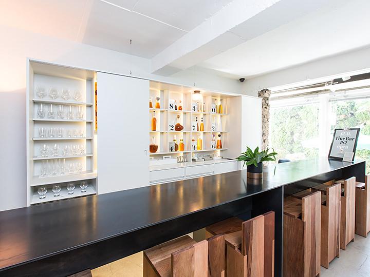 薬酒の入った瓶が並ぶバー「Tinc.Bar 182」