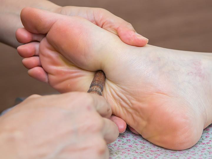 2.足裏マッサージ全身を支える足裏は、疲れが溜まりがち。指先や専用の道具を用いてツボを刺激し、血行を良くして老廃物の排出を促します。