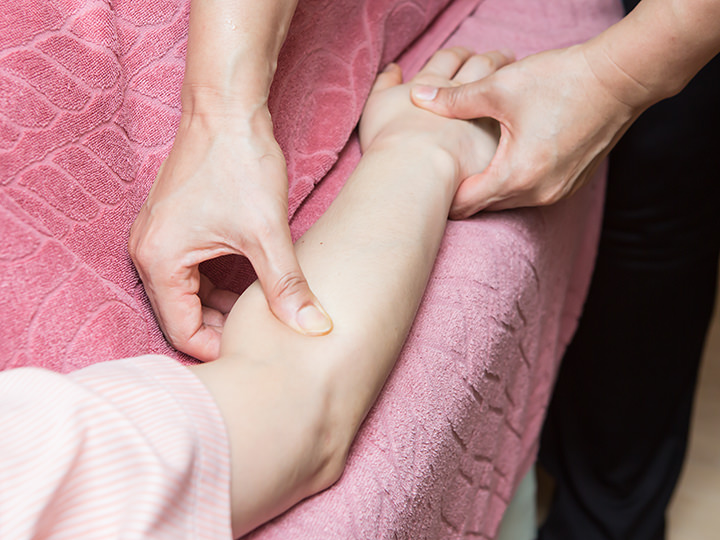 4.腕マッサージリンパを流すように優しくマッサージし、たるみがちな二の腕をすっきりさせます。