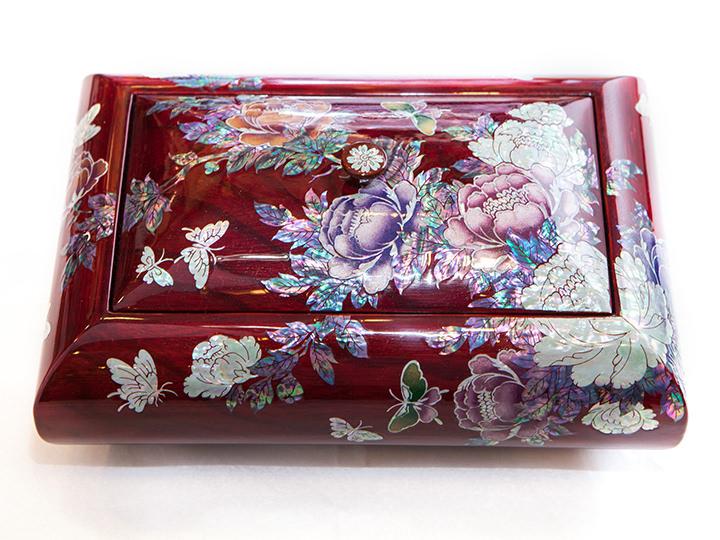 華やかな花々が一面に描かれたキャンディーボウル230,000ウォン~
