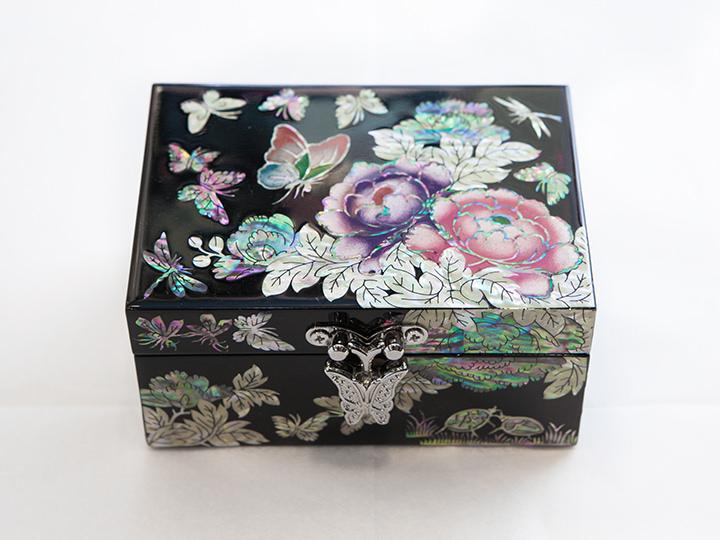 花と小さな蝶で装飾されたジュエリーボックス50,000ウォン~