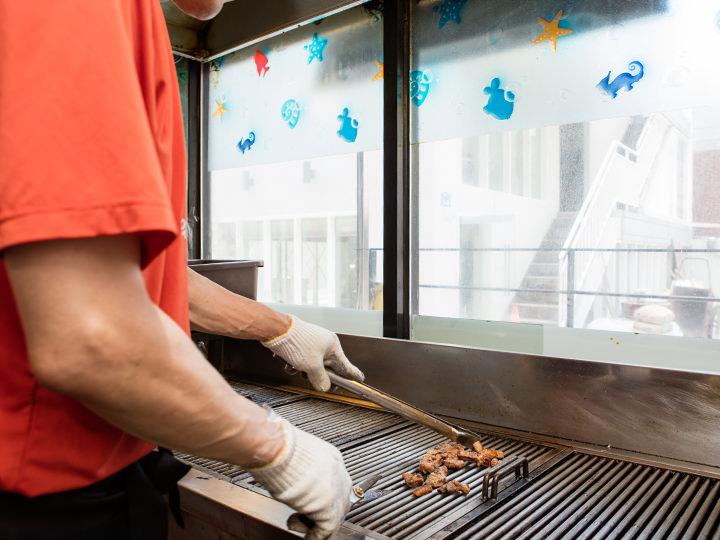 肉はスタッフが最良の状態に焼き上げてくれます