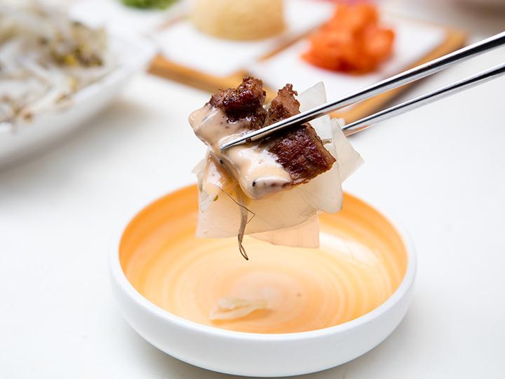 カルビと辛い自家製ソース、蒸し野菜の黄金の組み合わせ