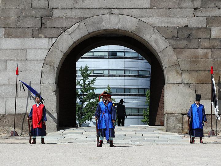 歩兵3人を後ろに従え、護軍が先頭に立つ形で計4人の把守が門を守る