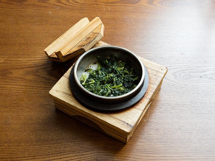 コウライアザミ釜飯(コンドゥレソッパッ)江原道(カンウォンド)のコウライアザミがたっぷり入った釜飯は炊き上げまで約10分所要。釜にできたおこげにアマドコロ茶(ドゥングルレチャ)を注いで、おこげスープ(ヌルンジタン)にすれば2度楽しめます。