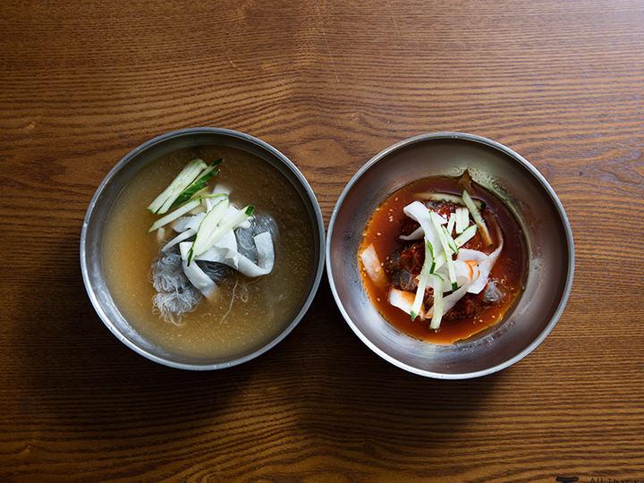 冷麺(ネンミョン)注文を受けてから製麺、茹で、仕上げてくれます。水冷麺(ムルレンミョン)と辛口混ぜ冷麺(ビビムネンミョン)