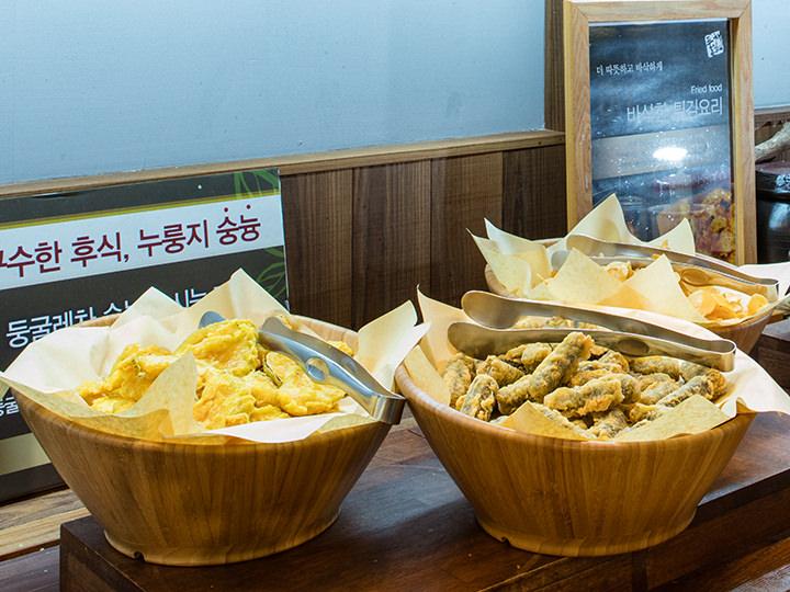 弘大店のみのサービス韓国春雨の海苔巻きの天ぷら(キムマリ)など