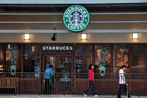 スターバックスコーヒーアメリカーノ 4,100ウォン / カフェラテ 4,600ウォン/ キャラメルマキアート 5,600ウォン※いずれもトールサイズ(355ml)