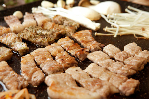 焼肉(1人分)牛10,000ウォン~/豚(サムギョプサル)8,000ウォン~