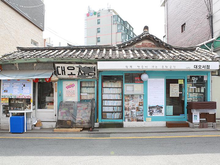 デオ書店西村エリアで外せないお店。書店として1951年に創業しましたが、現在はカフェとして営業中。(地図番号:1)