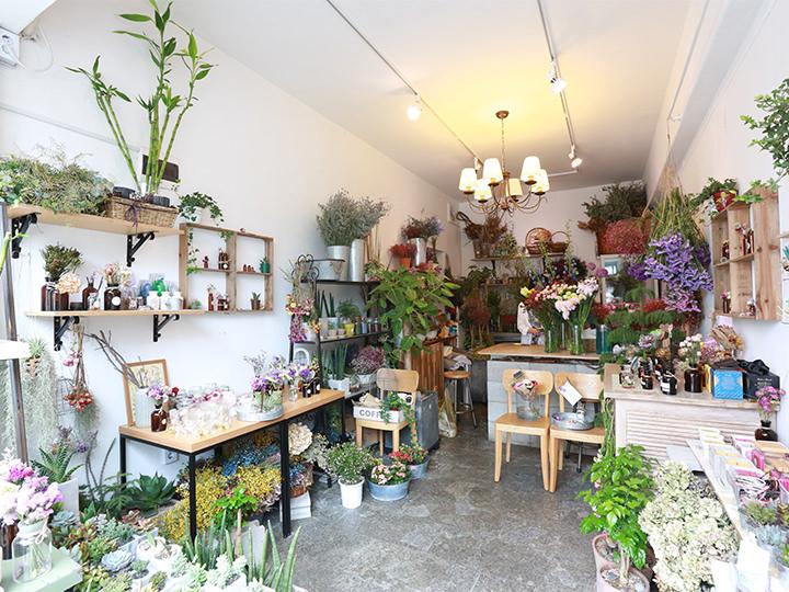 西村花茶房生花以外に、ドライフラワーも販売するフラワーショップ。ドライフラワーを飾ったディフューザーも人気です。(地図番号:4)