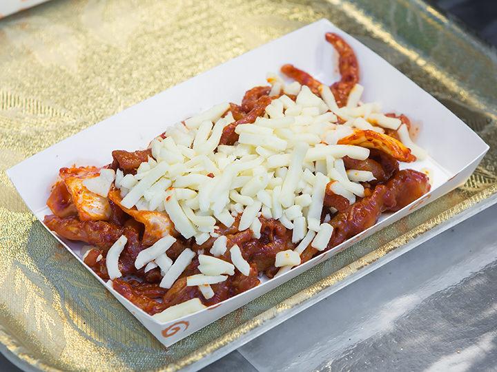 鶏足の激辛炒め(ムピョタッパル)価格:1皿5,000ウォン 位置:青6あきこ:炒めた鶏足にピザチーズがトッピングされています。骨なしバージョンなので初心者でもチャレンジしやすいかも!?