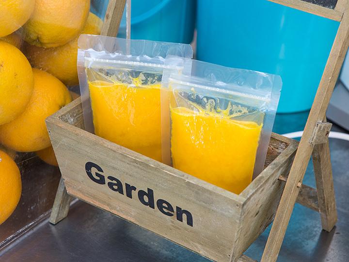 オレンジジュース(オレンジジュス)価格:1杯4,000ウォン 位置:地図 緑7あきこ:その場で絞るフレッシュジュース。韓国の屋台でおなじみのジップロックで提供されます。持ち運びに便利なところが良いですね。