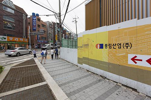 2.すぐ前の交差点を右に曲がり、約100m直進。バス停留所は「釜山大学病院」の入り口の先